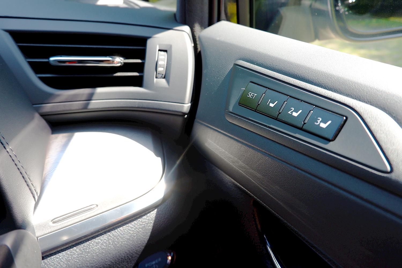 新型ヴェルファイア - 運転席メモリーボタン
